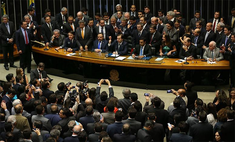 Deputados e senadores que votarão perdão de dívidas devem R$ 533 milhões