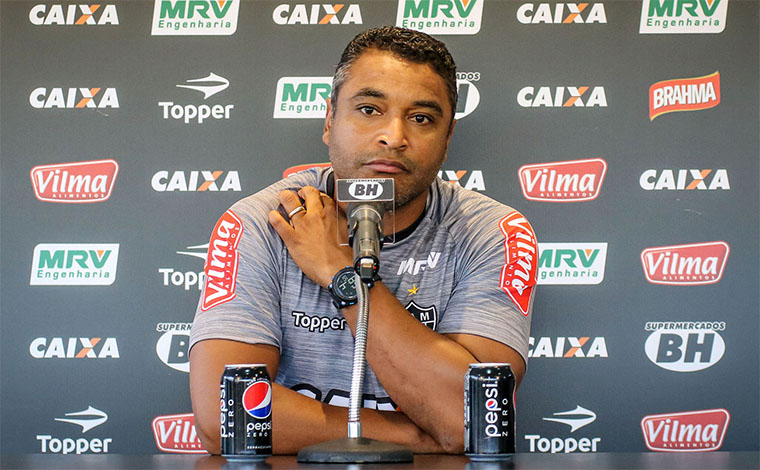 Roger Machado não suporta a pressão e é demitido pelo Galo