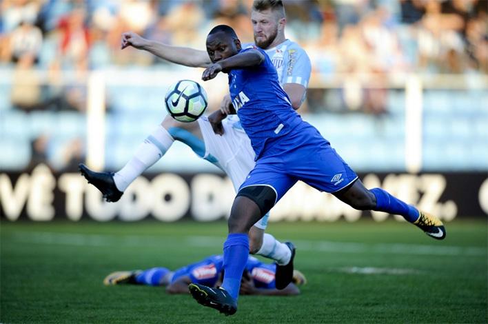Prejudicado pela arbitragem e sem competência, Cruzeiro perde mais uma