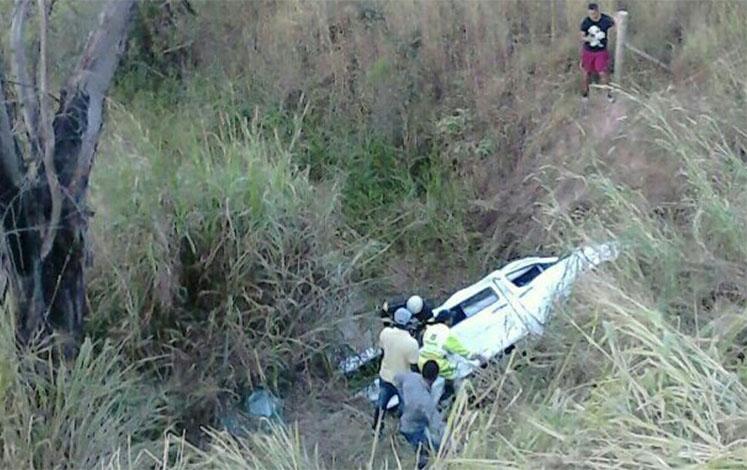 Van sai da pista, uma pessoa morre e 15 ficam feridas na BR 040