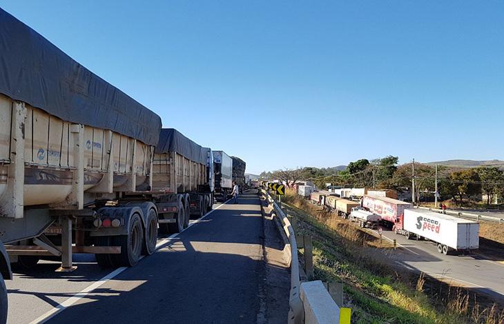 Caminhoneiros voltam a fechar a BR 040 em protesto contra alta de combustíveis