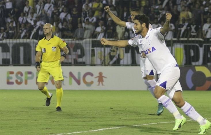 Cruzeiro joga bem, vence fora de casa e sobe na tabela do Brasileirão