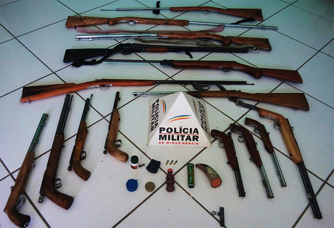 Idoso é preso com arsenal após atirar em jovem de 19 anos em Baldim