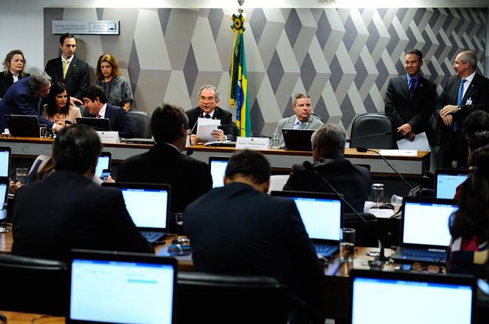 Relatório em favor do julgamento de Dilma é aprovado