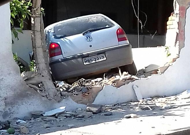 Motorista perde o controle da direção e carro invade residência no Nova Cidade