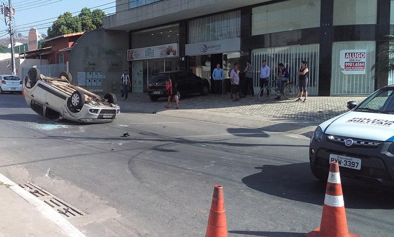 Carro capota após colisão em cruzamento no Centro de Sete Lagoas