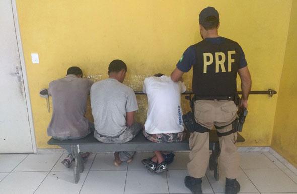 Assaltantes são presos após serem perseguidos pela PRF