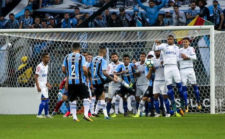 Com ataque inoperante e falha de Fábio, Cruzeiro perde a primeira para o Grêmio