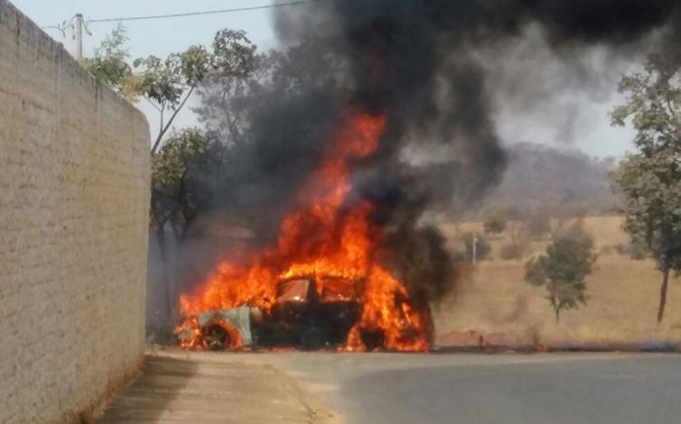 Mulher passa mal ao volante e carro pega fogo após colisão em Sete Lagoas