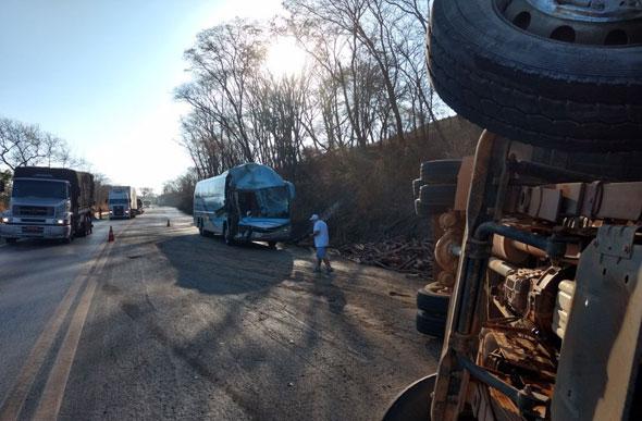 Acidente entre ônibus e caminhão deixa quatro feridos na BR 135, em Curvelo