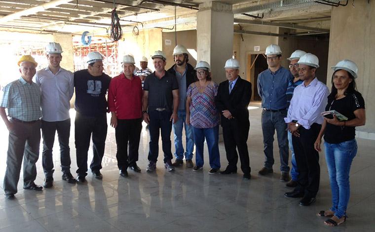 Membros do Executivo e do Legislativo visitam obra do novo prédio da Câmara