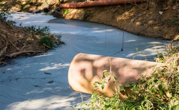 Curvelo sofre com falta de solução para crise no tratamento do esgoto