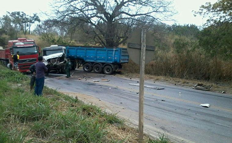 Caminhões batem de frente e interditam o trânsito na MG 424