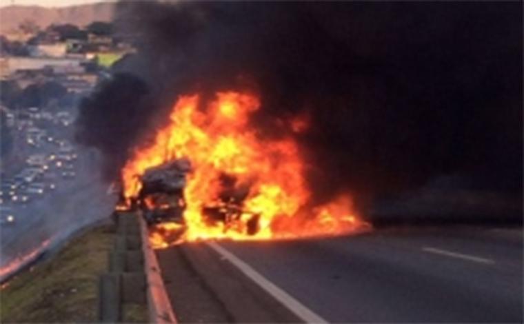 Acidente envolvendo carreta e seis carros deixa mortos no Anel Rodoviário