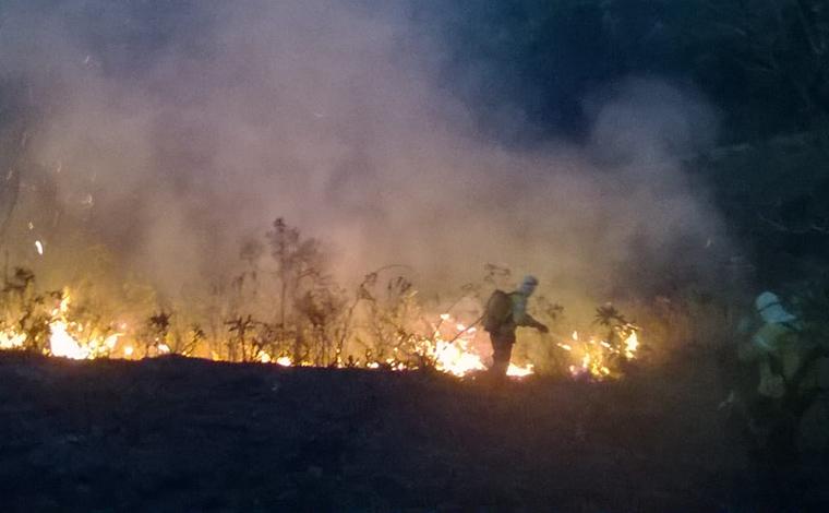 Bombeiros controlam incêndio nos arredores da Gruta Rei do Mato