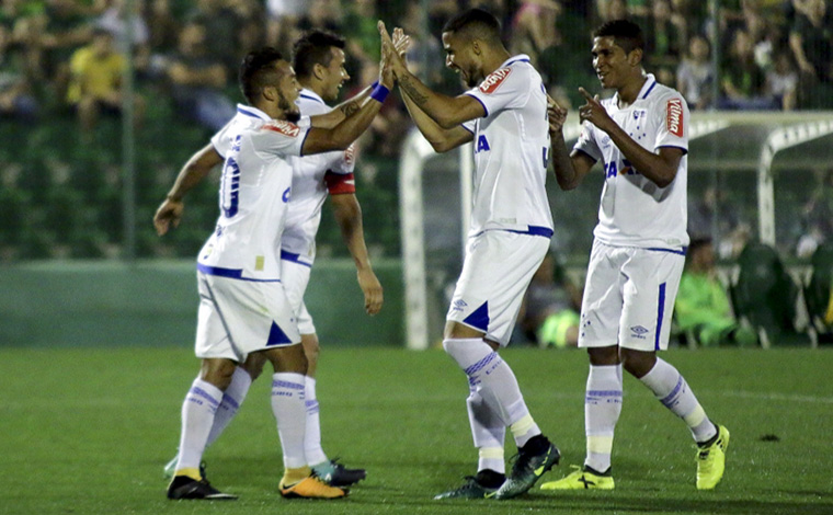 Cruzeiro vence Chapecoense fora de casa e se aproxima do G4