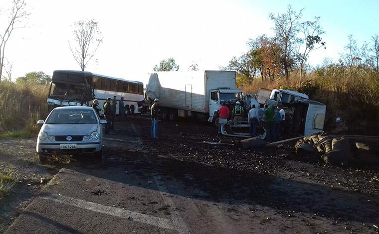 Uma pessoa morre e duas ficam gravemente feridas em acidente na BR 135