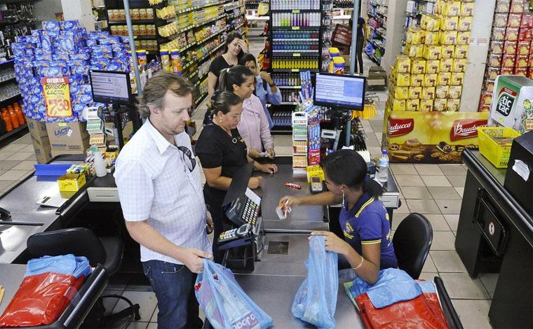 Famílias continuam com receio de consumir, diz pesquisa da CNI