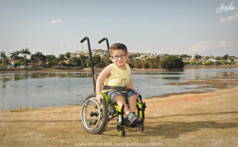 Portador de ossos de vidro, menino Miguel pede ajuda para pagar tratamento