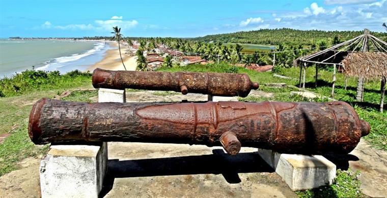 Foto: Lauro Padilha - Canhões do Forte com a orla da baia ao fundo