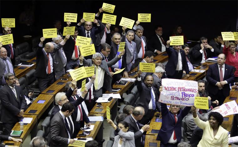 Sob protestos da oposição, Plenário da Câmara engaveta denúncia contra Temer