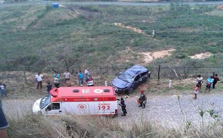 Carro cai em ribanceira na Serra de Santa Helena