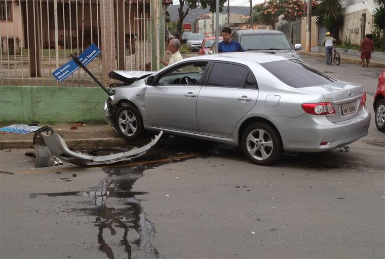Acidente assusta motoristas e pedestres em cruzamento no Centro de Sete Lagoas