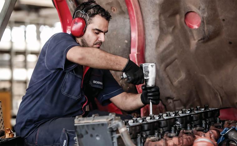 Empresa contrata auxiliar de mecânico de caminhão e carreta