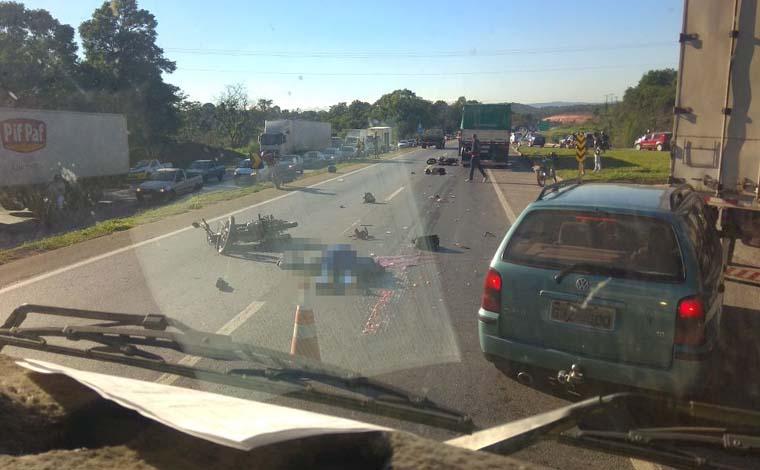 Grave acidente deixa três mortos e trânsito lento na BR 040, em Neves