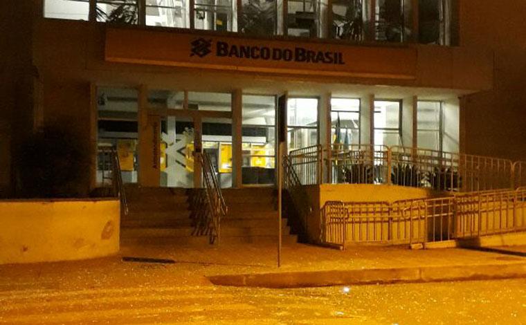 Quadrilha explode agência, mata policial militar e morador em Pompéu