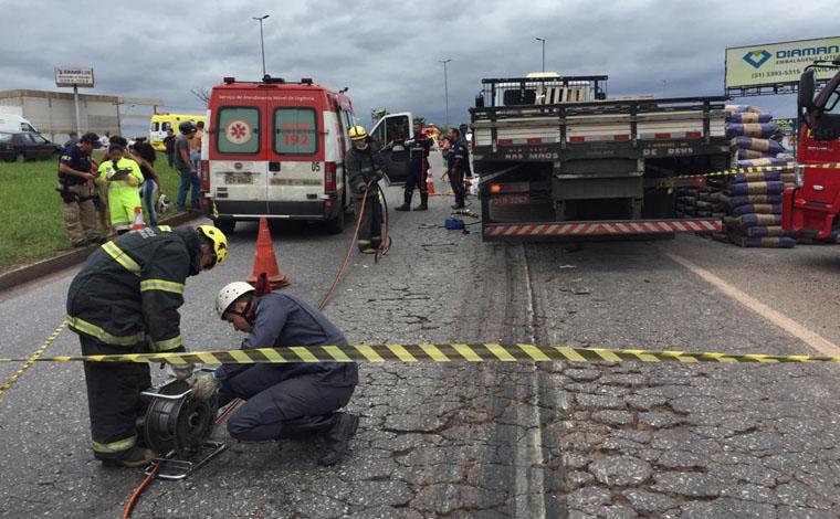 be77282c302 ... Foto  Via WhatsApp - Colisão entre caminhão e uma moto deixou a