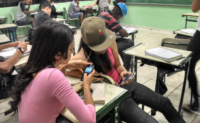ALMG aprova ampliação da proibição de uso do celular em locais públicos