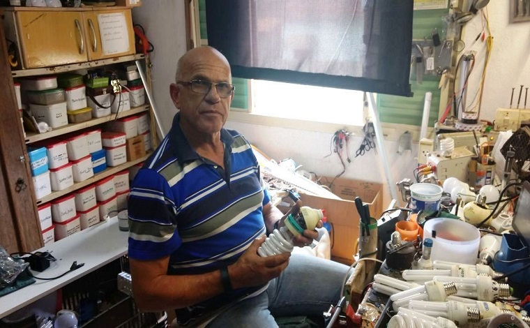 Eletricista aposentado desenvolve projeto social que recupera lâmpadas