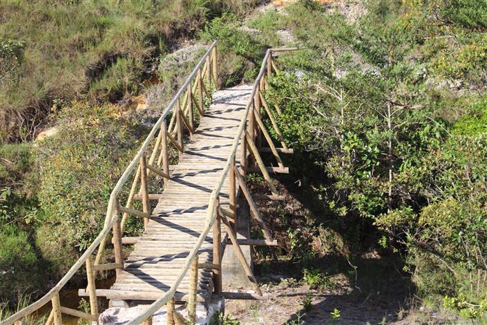 Foto: Arthur Perillo - Ponte de acesso na trilha do Tabuleiro