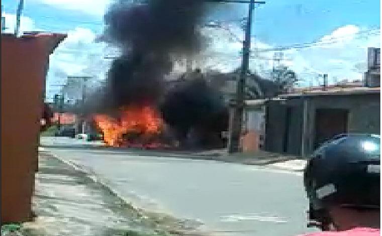 Carro pega fogo no Bairro Santa Maria e chama atenção dos moradores