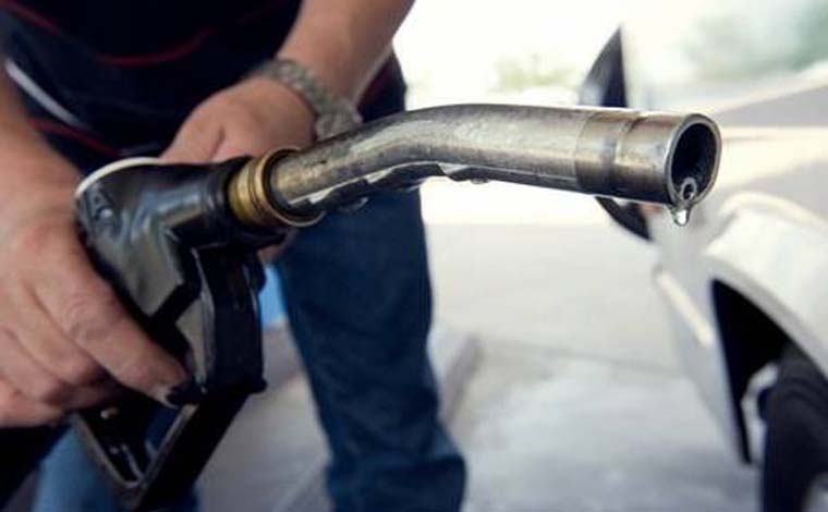 Gasolina volta a cair para as refinarias, mas só as altas chegam às bombas