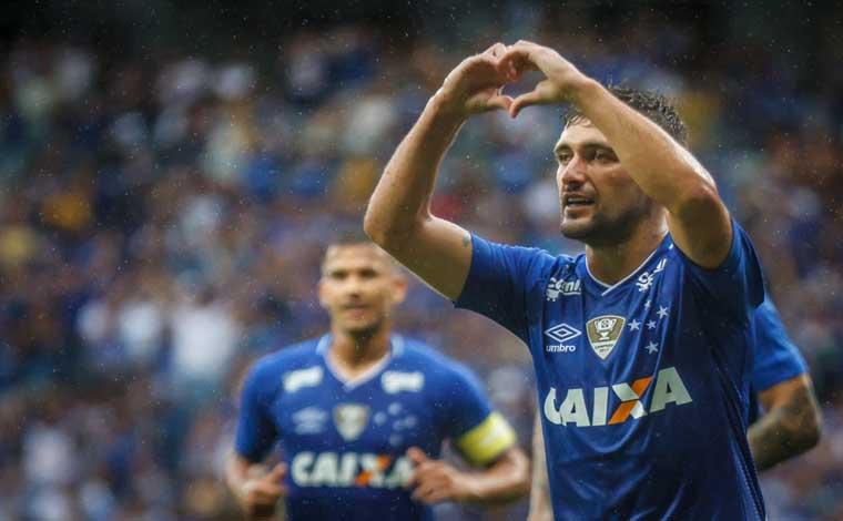 Com gol de placa de Arrascaeta, Cruzeiro bate América e se isola na liderança