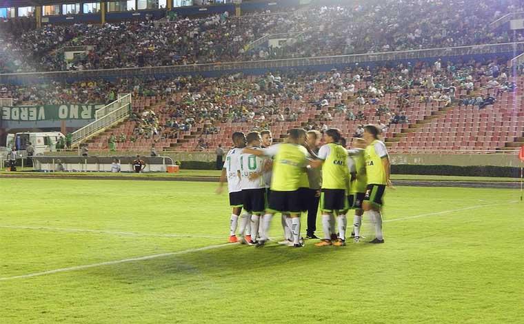 América vence o Uberlândia na abertura da rodada e cola no líder