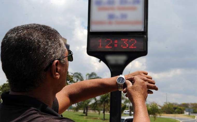 Economizando cada vez menos, horário de verão se encerra neste domingo