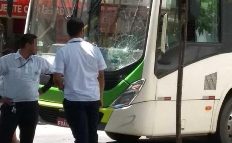 Rapaz se atira em ônibus e provoca acidente no Centro de Sete Lagoas