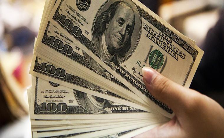 Após Fitch rebaixar nota do Brasil, dólar cai e bolsa de valores bate recorde