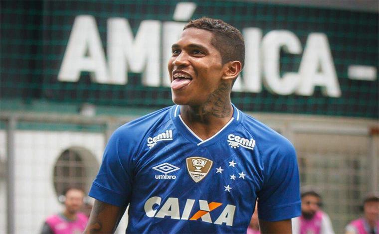 Com um a menos, Raposa vence o clássico e se garante líder do Mineiro