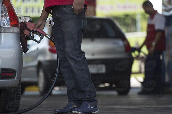 Gasolina recua em Minas, DF e outros 17 estados, diz ANP
