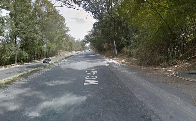 Bandidos armados assaltam e agridem motorista de caminhão na MG 424