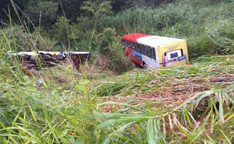 Ônibus vão parar fora da pista em acidente na BR 040, em Neves