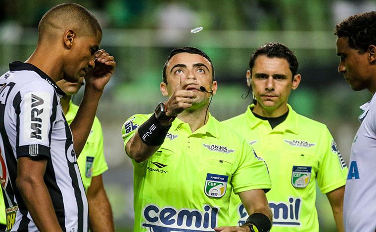 Com mais uma arbitragem polêmica, Galo volta a vencer o Coelho pelo Mineiro