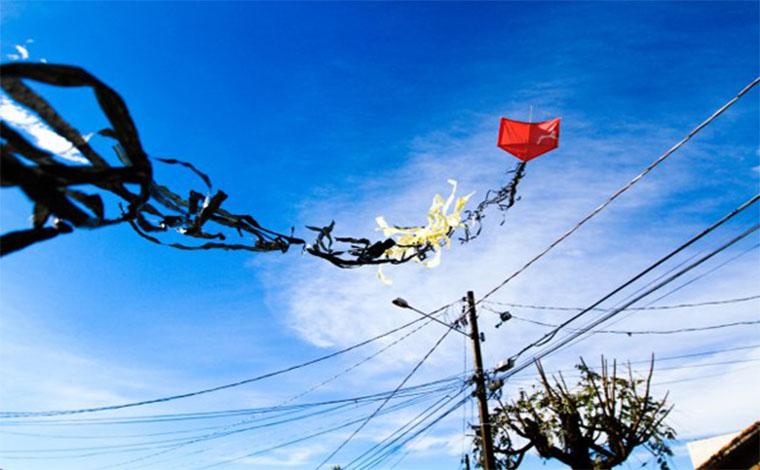 Adolescente morre eletrocutado quando tentava remover pipa de árvore