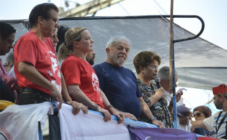 Lula se entrega à Polícia Federal para cumprimento da pena