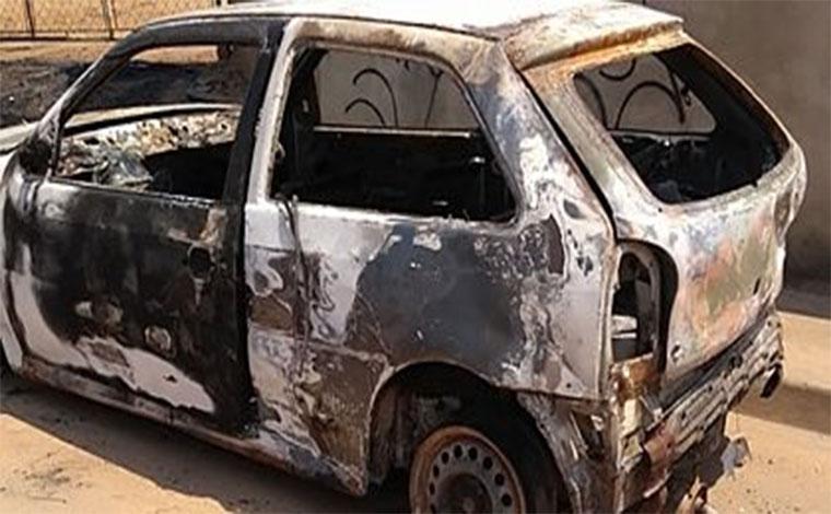 Carro furtado é encontrado pegando fogo no Bairro Itapuã II, em Sete Lagoas