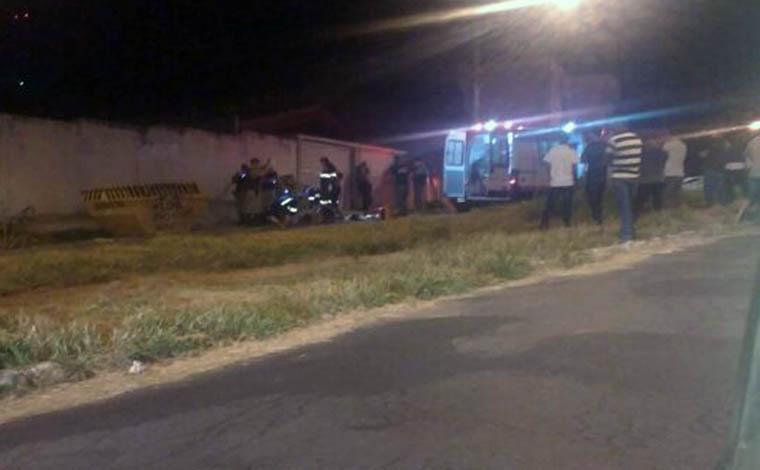 Homem morre ao bater de moto numa caçamba, em Sete Lagoas
